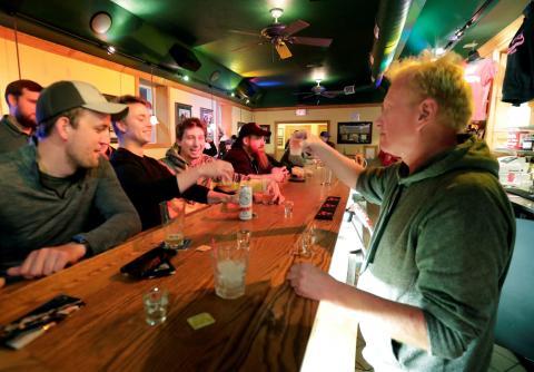 Gente en un bar de Wisconsin tras la reapertura.