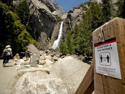 Un cartel que explica el distanciamiento social en las cataratas de Yosemite el 11 de junio de 2020, en el Parque Nacional de Yosemite, California, Estados Unidos.