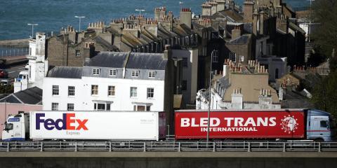 Los camiones llegan y salen de la terminal de ferry de Dover en Inglaterra el 26 de abril de 2018.