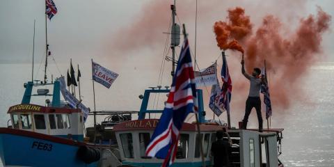 Bengalas desde la cubierta de los barcos de pesca, mientras una flota de barcos sale del puerto de Whitstable, en protesta nacional contra el acuerdo de transición del Brexit.