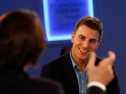 Brian Chesky, CEO de Airbnb, sonríe durante una sesión en la reunión anual del Foro Económico Mundial (WEF) en Davos el 23 de enero de 2014.