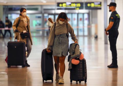 Chica maleta aeropuerto.