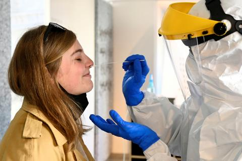 Chica realizándose una PCR para detectar COVID-19.