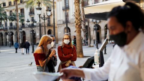 Chicas esperando en la terraza de un bar en Barcelona durante la pandemia de COVID-19.