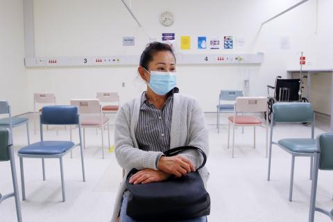 La paciente Setsuko Smidmore espera ser examinada en el Hospital St George COVID-19/Clínica de Evaluación de Fluidos, el 15 de mayo de 2020, en Sydney, Australia.