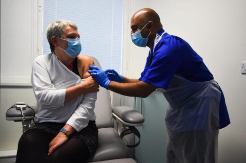 Un voluntario recibe una vacuna del coronavirus en Reino Unido.