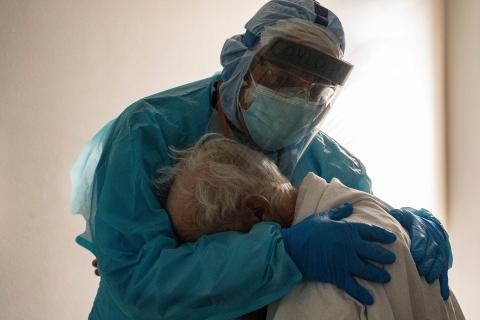 El Dr. Joseph Varon abraza y consuela a un paciente en la UCI con COVID-19 durante el Día de Acción de Gracias en el United Memorial Medical Center en Houston, Texas.
