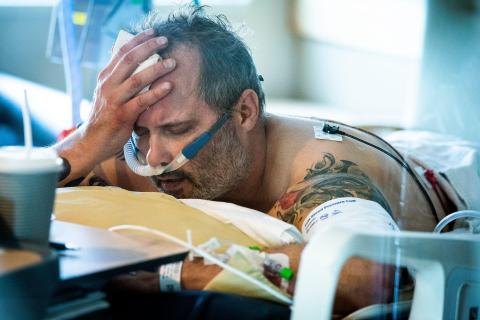 Michael Wright, paciente de COVID-19, yacía en su cama en la UCI del Hospital Regions en St. Paul el 19 de noviembre.