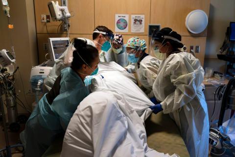 El personal médico colocando boca abajo a un paciente con COVID-19 en el Providence Holy Cross Medical Center en la sección Mission Hills de Los Ángeles el 19 de noviembre de 2020.
