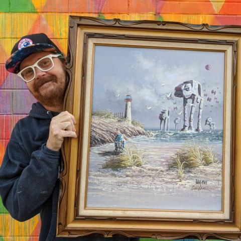 Sherrill posa con su cuadro preferido.