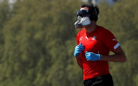 Deportista corre con máscara y guantes.