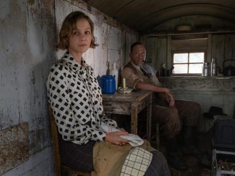 Carey Mulligan y Ralph Fiennes en 'La excavación'.