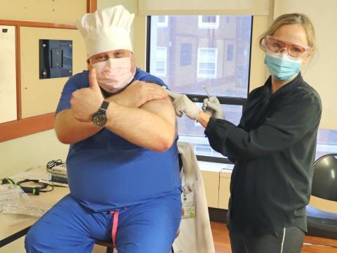 El doctor Michael Bernstein recibiendo la vacuna.