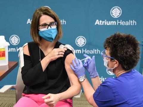 La doctora Katie Passaretti recibiendo la vacuna el 14 de diciembre.