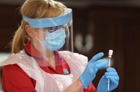Una enfermera se prepara para inyectar al personal la vacuna COVID-19 de Pfizer/BioNtech