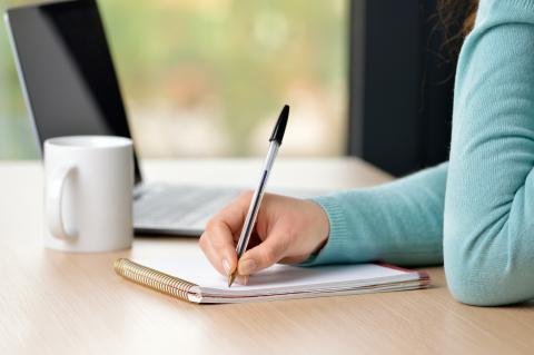 Escribiendo a bolígrafo.