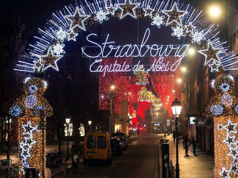 Una calle decorada para la Navidad en Estrasburgo, Francia, el 27 de noviembre de 2020.