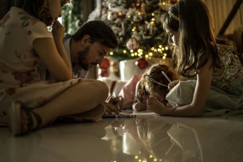 Familia escribiendo carta a los Reyes Magos en Navidad