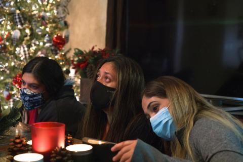 Familia haciendo videollamada durante Navidad.