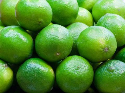 Los limones y las limas aportan sabor.