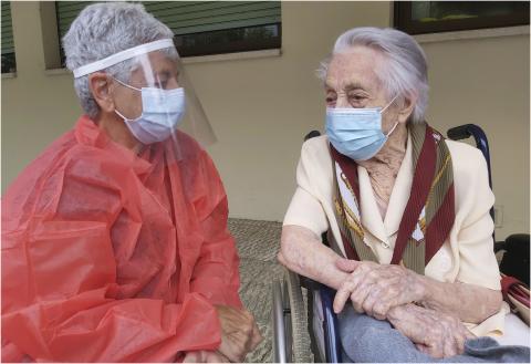María Branyas (derecha), tiene 113 años, es la mujer más longeva de España y ha superado el coronavirus. (@MariaBranyas112)