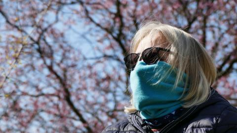 Una mujer con un pañuelo como mascarilla.