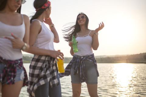 mujeres tomando refrescos