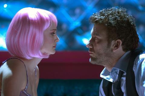 Natalie Portman, como Alice Ayres, junto a Clive Owen, como Larry, en 'Closer'.
