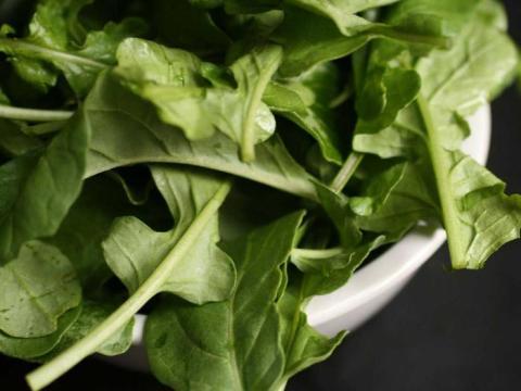 La rúcula es rica en vitamina K.