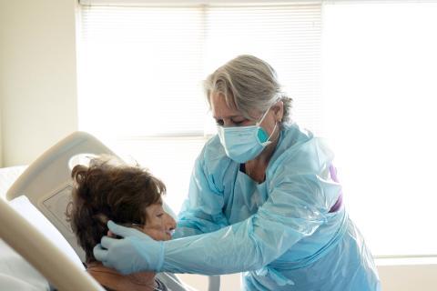 Sanitaria atiende a un paciente de COVID-19.