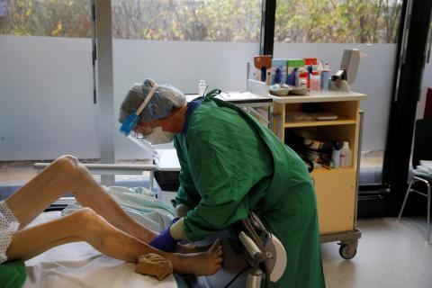 Sanitario atiende a paciente de COVID-19.