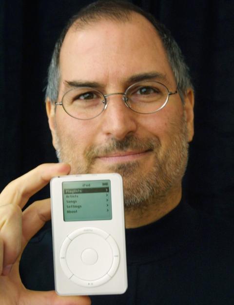 Steve Jobs presentando el iPod en 2001.