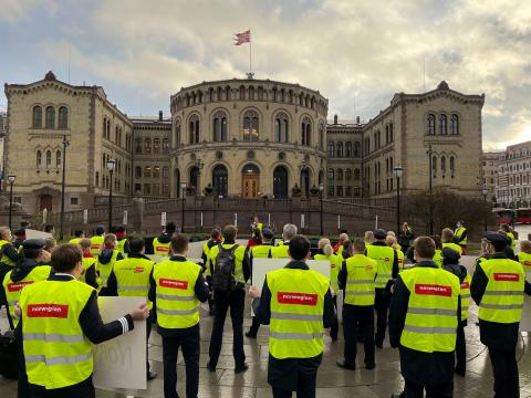 Trabajadores de Norwegian protestan frente al Parlamento noruego en Oslo, en noviembre de 2020.