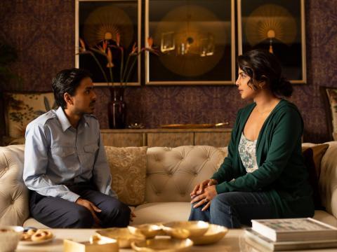 Adarsh Gourav y Priyanka Chopra Jonas en 'Tigre blanco'.