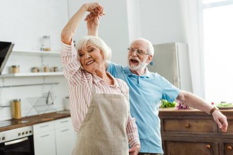 Ancianos bailando felices.