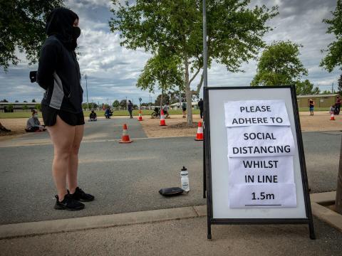 Se forman largas filas fuera de un sitio de prueba de COVID-19 en Shepparton, Australia, el 15 de octubre de 2020.