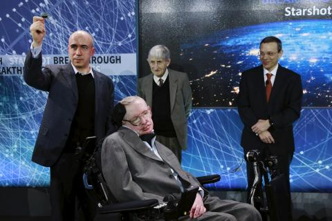 El físico Avi Loeb (derecha) con el físico Stephen Hawking y otros.