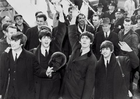 Los Beatles saludan a sus fans.