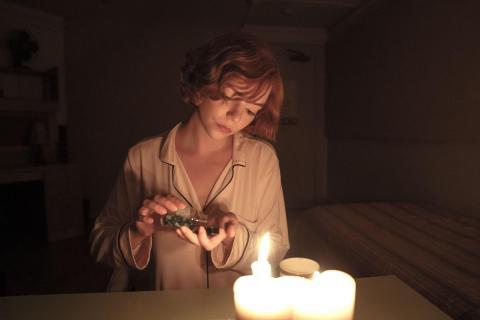 Beth Harmon, protagonista de la serie Gambito de Dama consumiendo Benzodiacepina.