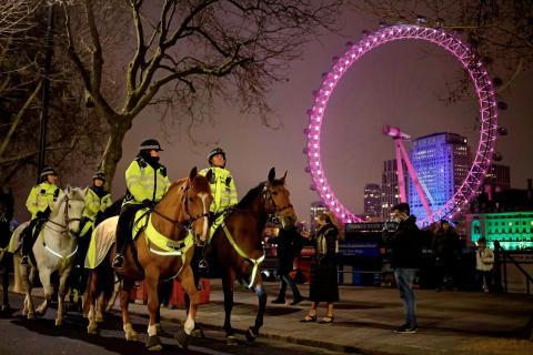 La Policía de Londres patrullando la rivera del Támesis durante el 31 de diciembre de 2020.
