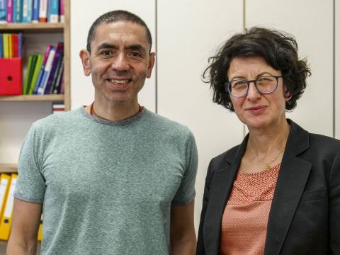 Ugur Sahin y Ozlem Tuereci, el matrimonio cofundador de BioNTech.