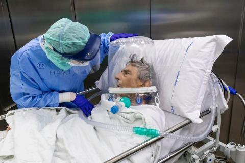 Una enfermera atiende a un paciente de COVID-19 tras ser trasladado de la UCI del Hospital Papa Juan XXIII en Bérgamo, Italia, el 7 de abril de 2020.