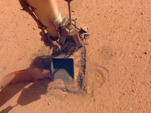 El agujero donde está enterrado el topo del módulo de aterrizaje InSight, después de su último esfuerzo de martilleo el 9 de enero de 2021.