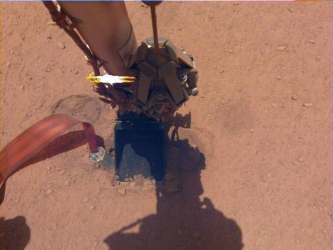 """El """"topo"""" de InSight sale casi a la mitad del agujero que había cavado el 26 de octubre de 2019."""