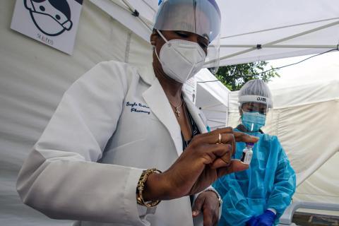 Gayle Butler prepara la vacuna Pfizer-BioNTech COVID-19en St. John's Well Child & Family Center en Los Ángeles, California, el 7 de enero de 2021.