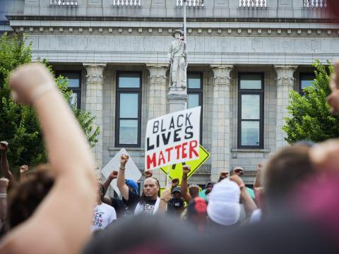 Manifestantes contra el racismo con la Marcha por la justicia y la comunidad de Burlington-Alamance en Graham, Carolina del Norte, el 11 de julio.
