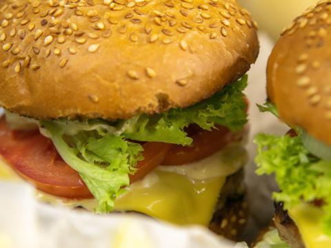 Si desea una hamburguesa poco hecha o al punto, es mejor hacerla a la plancha.