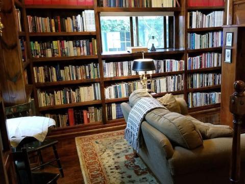 Cabaña con una estética académica de la vieja escuela en Loon Lake, Nueva York, 107 euros la noche