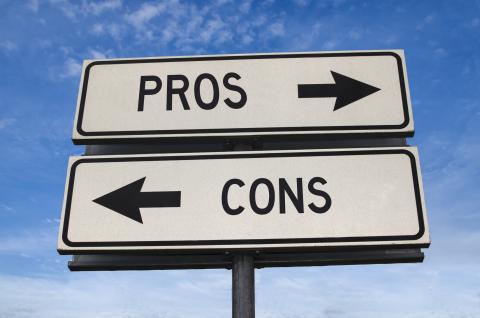 Un cartel señala pros y contras.