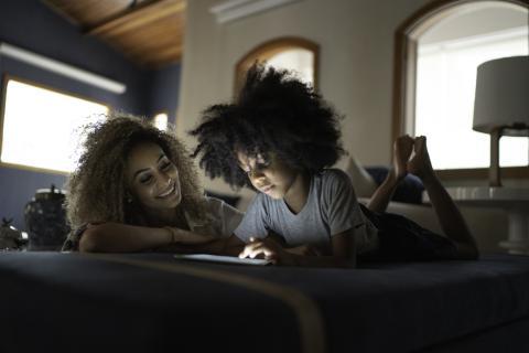Chicas mirando el móvil